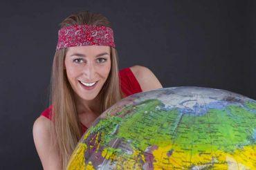 Auslandssemester – Frau mit Globus